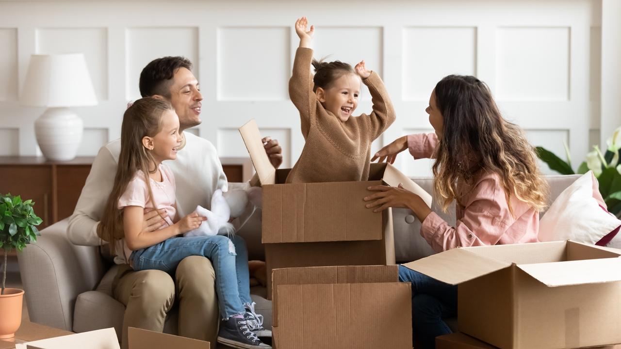 młode małzeństwo z dziećmi